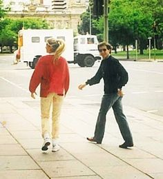 @sennagalisteu - Adriane Galisteu e Ayrton Senna na praça Victoria Square em Adelaide na Austrália, após entrevista do piloto, 08 de novembro de 1993. Aparentemente Dri e Béco estão se divertindo com alguma coisa. Foto de Kim Ryan. Ayrton Senna & Adriane Galisteu — at Victoria Square, Adelaide. Photo by Kim Ryan.