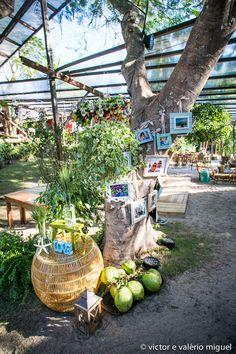 Cocos, objetos de decoração de bambu e porta-retratos pendurados na árvore deram um toque especial ao casamento ao ar livre na praia.