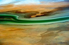 Sattes Grün mitten in der australischen Wüste: Bei der Durchquerung der Sandbänke im Uferbereich des Lake Eyre lassen sich phantastische Farbspiele beobachten.