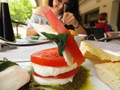 Leckere Tomaten Mozzarella- Basilikum- Pesto zum Mittagessen ist einfach super bei diesen warmen Sommertagen!