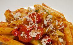 Les penne à l'arrabbiata représentent le plat romain par excellence. Il est très simple à préparer et composé d'ingrédients que tous les Italiens ont dans leur cuisine : des pâtes, de la tomate, du piment et de l'ail. Ce plat est très représentatif du caractère des romains : passionné, irritable, chaleureux… En effet, c'est de là que cette recette tire son nom (arrabbiata=fâchée) car, en mangeant ce plat, on risque de devenir tout rouge !