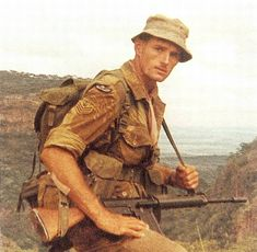 Rhodesian paratrooper (RLI probably) with FN FAL. Military Photos, Military History, Military Special Forces, War Photography, History Memes, Anglo Saxon, Modern Warfare, Vietnam War, Wwii