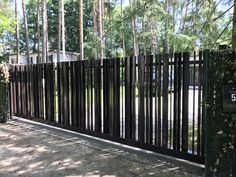 Poorten en Hekwerk - Metaal - Vrijdragende schuifpoorten Iron Fence Gate, Metal Gates, Iron Gates, Main Gate Design, Entrance Design, Door Design, Garden Railings, Modern Fence Design, Pool House Designs
