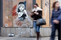 A new Banksy artwork has appeared near the French Embassy in London. The image features a QR code that links to footage that appears to show the Jungle camp in Calais. Banksy Stencil, Banksy Mural, Art Mural, Banksy Artwork, Pop Art, Clever Kids, Refugee Crisis, Street Art Graffiti, Les Oeuvres