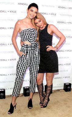 Kendall e Kylie Jenner lançam coleção de bolsas  KendallKylie acabam de lançar uma coleção de bolsas! As irmãs já lançaram de tudo em sua marca tais como: biquine sapatos e roupas agora chegou a vez da bag brilhar.Através do Instagram oficial da grifeKylieeKendallposaram com modelos que já estão na pré-venda no site da Saks.   BAGS FASHION KENDALL JENNER KYLIE JENNER