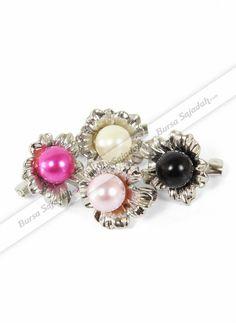 Bros Pearl Flower SKV didesain secara eksklusif berbentuk seperti bunga yang dipercantik hiasan mutiara dengan berbagai pilihan warnanya yang menawan. Aksesoris yang membuat penampilan Anda semakin anggun & feminine ini selain disematkan pada kerudung, juga bisa dijadikan sebagai kancing atau perhiasan untuk pakaian favorit Anda.