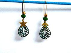 Boucles d'oreilles dormeuses, métal bronze vert de gris, perles verre, breloques laiton doré, pièce unique : Boucles d'oreille par francesca