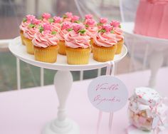 shabby chic theme dessert table le petit love the cupcakes Pretty Cupcakes, Pink Cupcakes, Yummy Cupcakes, Cupcake Cakes, Vanilla Cupcakes, Floral Cupcakes, Cupcake Art, Rosa Desserts, Pink Desserts