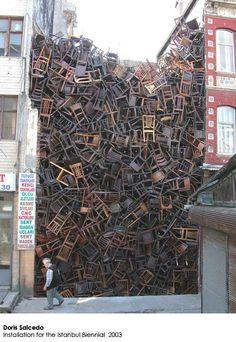 Plein de chaises empilées Qui va les dépiler?