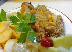 Szynka wieprzowa pieczona z  cebulką, ziemniakami i jabłkami