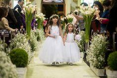 A decoração da igreja pode se manter em tons de branco e verde. Os elementos dessa imagem nos agradam muito.