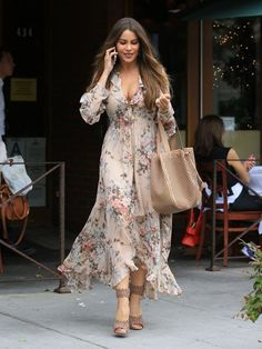 Sofia Vergara looks stunning in a floral dress in Beverly Hills Sofia Vergara is fully embracing spring fashion. The Modern Family actress looked stunning in floral when she stepped out for lunch in Beverly Hills on Thursday, in a pale pink dress Long Floral Maxi Dress, Floral Tea Dress, Floral Dresses, Fashion Mode, Boho Fashion, Spring Fashion, Fashion News, Petite Fashion, Fashion 2017
