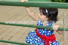 Giovanna no parque com o vestidinho da galinha pintadinha para festa infantil