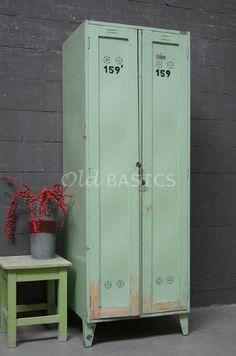 WWW.OLD-BASICS.NL webshop vintage, brocante, shabby chic. MINT Lockerkast 10246 - Oude houten lockerkast in een mint-groene kleur. De zwarte letters op de deur geven de kast een stoere look. Leuk om te gebruiken als kledingkast op een kinderkamer.