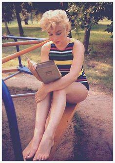 Marilyn reading Ulysses, Eve Arnold 1954