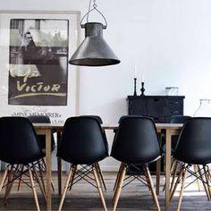 Chaises DSW Eames Noires Dans Un Séjour à La Déco Noire Et Bois Un Peu  Industrielle