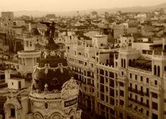 Madrid. Calle Gran vía. Conoce Madrid y sus lugares imprescindibles de visitar. <> Pulse en la fotografía para ver alojamientos en Madrid.