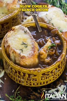Slow Cooker French Onion Soup is ridiculously easy to make. It is incredibly fla… – SUPPE / SOUP Crock Pot Soup, Crock Pot Slow Cooker, Slow Cooker Recipes, Gourmet Recipes, Crockpot Recipes, Cooking Recipes, Crockpot Dishes, Cooking Videos, Vegetarian Recipes