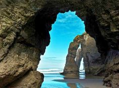 PLAYA DE LAS CATEDRALES. En Ribadeo (Galicia) ofrece vistas espectaculares con sus rocas en forma de cuevas. Julio y agosto es el mejor mome...