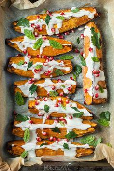 jadłonomia · roślinne przepisy: Pieczone bataty z sosem tahini
