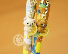 """Stylo japonais trèèès kawaii! o(^v^)(^v^)o Avec le petit ours Rilakkuma de la marque japonaise San-X~~ :D C'est la serie """"Lemon"""" du mois de Mars 2015 =^w^= - Boutique kawaii en ligne www.chezfee.com"""