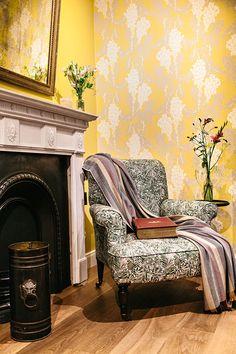 armchair 1 0 mantel 3 0 antiker sessel restauriert und mit neuen stoffen versehen nebenstehend eine britische kaminumfassung aus marmor mit originalem