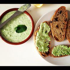 Erwtjesspread:  - twee afgestreken eetlepels Griekse yoghurt - een flinke kop diepvrieserwtjes - een theelepel citroensap - een flinke handvol verse muntblaadjes - een halve avocado - versgemalen peper en zout