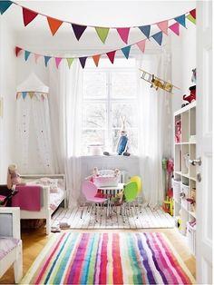 Kinderzimmerdekoration mit bunten Wimpelketten