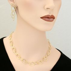 The gold-plated silver chain can be worn in everyday life as well as on special occasions. The links of the chain are naturally always in motion, which creates a beautiful, harmonious and eye-catching shimmer.