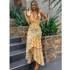 La imagen puede contener: 1 persona, de pie in 2020 Casual Dresses, Fashion Dresses, Summer Dresses, Formal Dresses, 2000s Fashion, Fashion 2020, London Fashion, Fashion Fashion, Retro Fashion