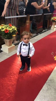 Look pajem. Calça azul marinho, camisa branca e suspensório Paola da Vinci e gravata borboleta reserva mini