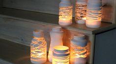 Enrole barbantes ou fita nos potes, pinte, espere secar e retire as fitas. As partes que ficaram transparentes darão um efeito lindo quando acender a vela!