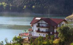 Lacul Cinciş şi-a pierdut din atractivitate, după ce malurile acestuia au fost transformate în parcele, iar treptat au fost ridicate aici zeci de vile şi case de vacanţă. Cei mai bogaţi oameni din Hunedoara deţin imobile pe malul lacului. Romania, Vile, Cabin, Architecture, House Styles, Image, Home Decor, Park, Arquitetura