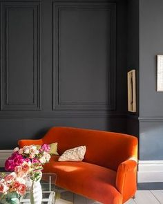 In small spaces with little natural light, the best advice is not to fight nature. Instead, embrace the darkness and create a dramatic and cocooning interior. Strong colours like #Railings paired with #StrongWhite on the trim will create a sense of intimacy in a dark space. #farrowandball