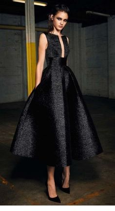 Alex Perry pre-fall 2017 - A show stopping silk woven dress has added appeal with a plunging rectangular neckline and cinched waist. It's very city chic! Sexy Evening Dress, Evening Dresses, Elegant Dresses, Pretty Dresses, Vestidos Retro, Mode Inspiration, Beautiful Outfits, Dress To Impress, Designer Dresses