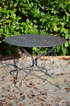 Antieke metalen tafel met mooi gaatjespatroon.
