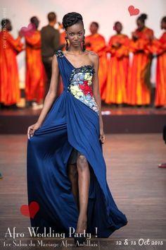 Pourquoi pas une robe unie avec motifs colorés juste sur les côtés ? - robe en Pagne  Défilé Kamisha   Pagnifik
