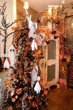 Regina Gust Designs - These friendly ghosts make such a cute Halloween display! Over the top! Halloween Garland, Halloween Displays, Halloween Trees, Halloween Projects, Halloween House, Holidays Halloween, Halloween Crafts, Happy Halloween, Halloween Decorations