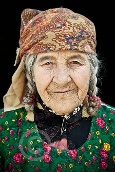 portrait Woman from Panj Valley, Tadjikistan. here we can see the roles that racialization and class play in aging .Woman from Panj Valley, Tadjikistan. here we can see the roles that racialization and class play in aging . We Are The World, People Around The World, Baba Yaga, Wise Women, Old Women, Beautiful World, Beautiful People, Foto Face, Steve Mccurry