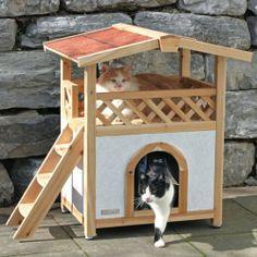 Kattenhuis Tirol - Optimale isolatie en weersbestendig - Afmetingen: 88 x 57 x 77cm.   Duurzaam kattenhuis Tirol in een exclusief ontwerp. Het kattenhuis biedt een goede bescherming tegen kou en regen. Het puntdak is bekleed met watervast bitumen wat de nodige bescherming biedt tegen direct zonlicht en warmte op hete dagen. De uitkijkpost zal een van de favoriete plekken zijn van uw poes of kat. Een echte blikvanger in elk tuin! € 119,95