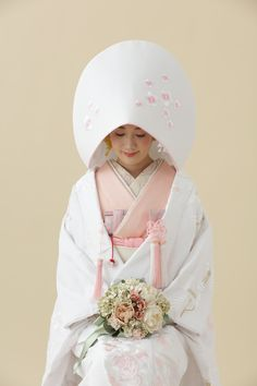 Wedding Hairstyle Models From Various Country - VIs-Wed Japanese Wedding Kimono, Japanese Kimono, Traditional Kimono, Traditional Dresses, Traditioneller Kimono, Asian Inspired Wedding, Traditional Wedding Attire, Japanese Costume, Oriental Fashion