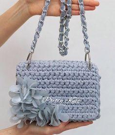 WEBSTA @ katti_knit - Серый в этом сезоне на пике модных оттенков.Эта невероятная воздушная сумочка, выполнена из трикотажной пряжи. Цветы ручной работы из органзы закреплены мононитью, сердцевинки - чешский бисер. Ручка возможна на карабинах. ❗️‼️❗️Сумочка в наличии! Размер 23/13/7Также возможен повтор в любом цвете.