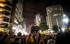 O carnaval voltou às ruas hoje em São Paulo com o Cordão da Mentira, o bloco luta pelo fim do genocídio da população negra e pobre e exige a condenação dos Militares da Ditadura. O ato se iniciou no DOI-CODI na Vila Mariana, passando por outros pontos marcados por serem locais de repressão e tortura na Ditadura, chegando até a Praça da República.