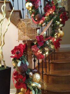 N 4 Events, Christmas Staircase Decorating, Christmas Holiday, Winter Holiday, Christmas Decorations, Christmas Stair Decorations, Stairs DIY, Christmas DIY, Staircase, How to Decorate, Christmas Decor, Christmas Tips, Garland, Ornaments, Stocking, Christmas Ideas, http://youtu.be/hPnJyaTDRPo
