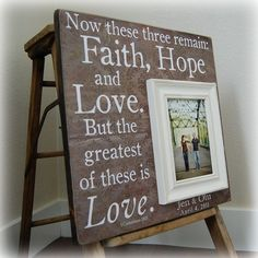 I love this picture frame; thinking bout make it by myself for my wedding :)