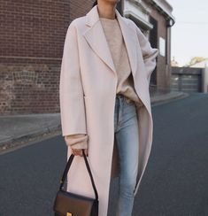 Pink woolen coat with cow pants Beige Outfit, Meghan Markle, Winter Outfits, Look Office, Up Girl, British Style, Mantel, Beautiful Outfits, Korean Fashion