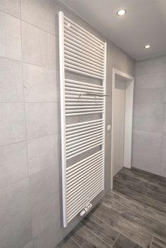 In deze kleine ruimte is door de effici nte badkamer inrichting een groots effect gecre erd - Keramische inrichting badkamer ...