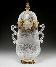 Vase en cristal de roche provenant de la collection du cardinal de Richelieu, entré dans la collection de Louis XIV c1681. La monture a été réalisée en deux temps : à Milan au XVIe siècle, puis en France au XVIIe siècle - Paris, Musée du Louvre