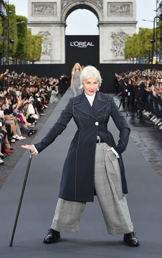 "Helen Mirren And Jane Fonda Dominated Paris Fashion Week And.- Helen Mirren And Jane Fonda Dominated Paris Fashion Week And All I Can Say Is ""Yaaas Queens!"" Helen Mirren And Jane Fonda Dominated Paris Fashion Week And All I Can Say Is ""Yaaas Queens! Fashion Week Paris, Fashion Week 2018, Helen Mirren, Jane Fonda, Moda Paris, L'oréal Paris, Paris France, Fashion Over, Fashion Show"