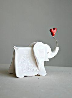 Kleiner Elefant Skulptur mit eingeprägten von TheBabyHandprintCo
